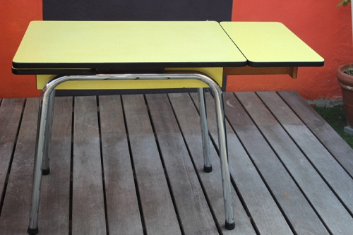 table cuisine en formica jaune vintage by fabichka. Black Bedroom Furniture Sets. Home Design Ideas