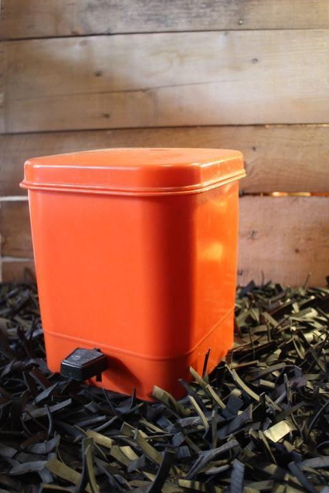 poubelle plastique orange vintage. Black Bedroom Furniture Sets. Home Design Ideas